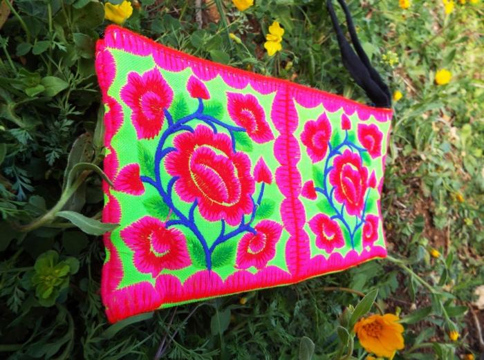 pochette ethnique chic, modèle de sac ethnique rectangulaire, motifs floraux