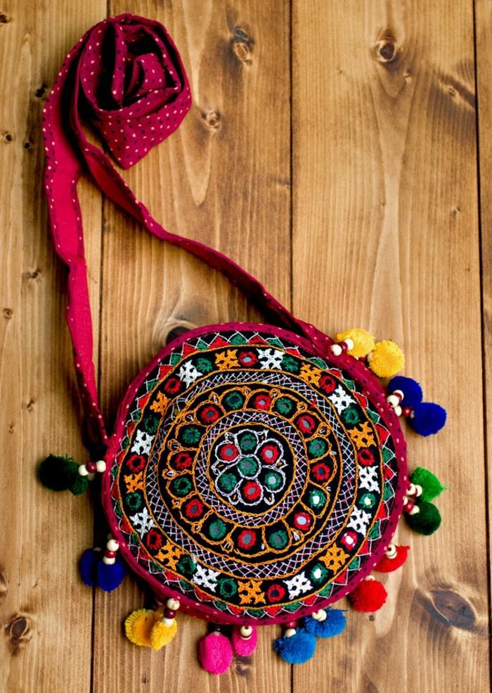 pochette ethnique chic, bandoulière pourpre, pompons colorés, petit sac en tissu avec broderies