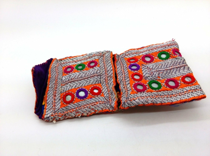 pochette ethnique chic, modèle de sac multicolore, broderies plantureuses