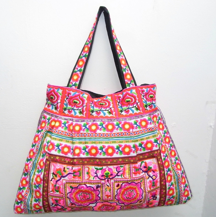 pochette ethnique chic, sac à fleurs brodées en rose et blanc, sac à main