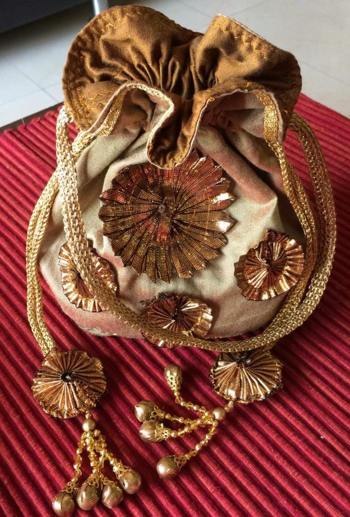 pochette ethnique chic, décorations lumineuses en forme de fleurs, trousse ethnique