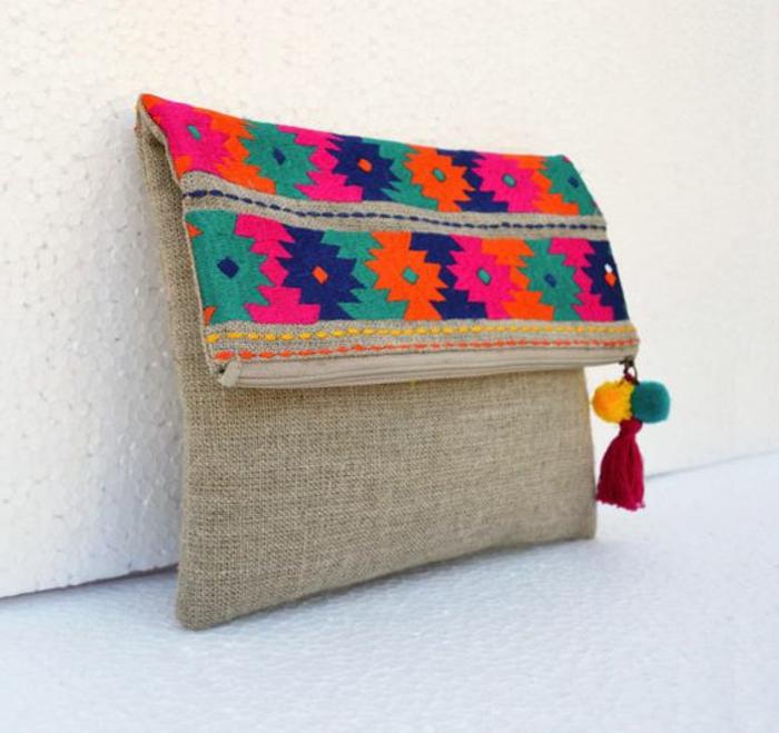 pochette de soirée pas cher, jolis motifs multicolores en bleu et pourpre sac aux figures aztèques