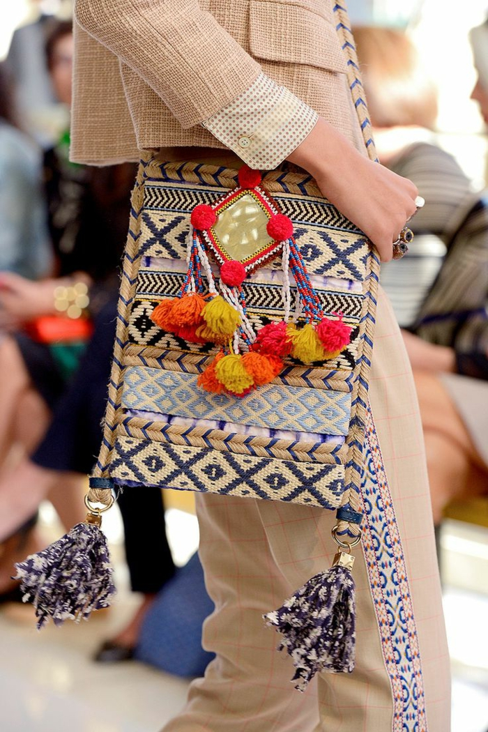 pochette femme blanche, motifs aztèques, pompons colorés, franges, pochette rectangulaire