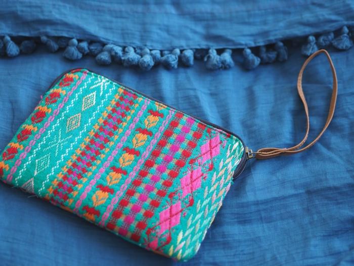 pochette femme bleu, petit sac rectangulaire, fermeture par zip