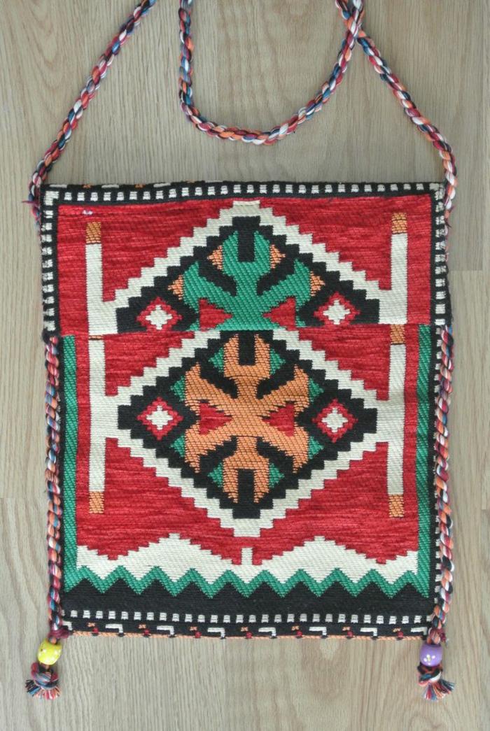 pochette rouge, sac rectangulaire aux motifs aztèques, sac kilim rouge