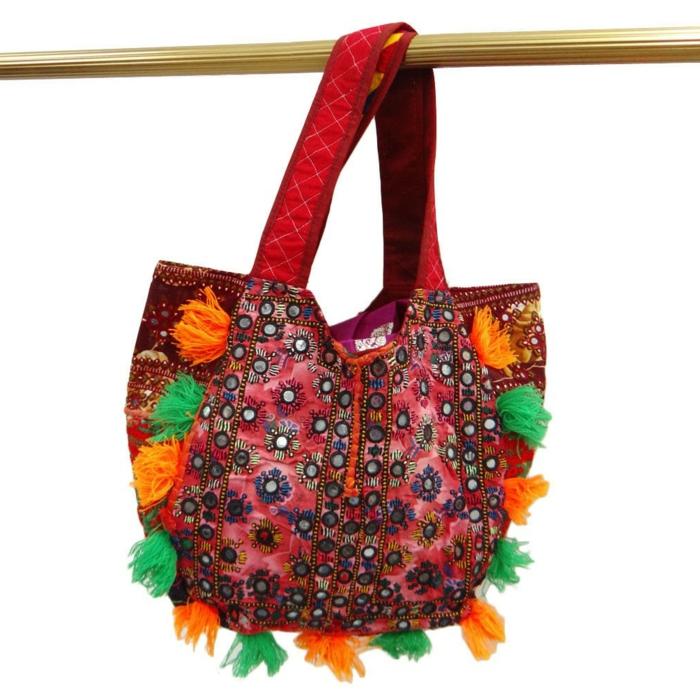 pochette rouge, petit sac cabas, plusieurs petits pompons colorés, sac à main