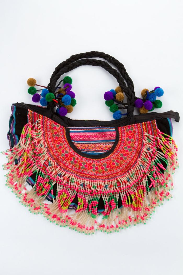 pochette rouge, petit sac porté main, pompons colorés, franges ethniques