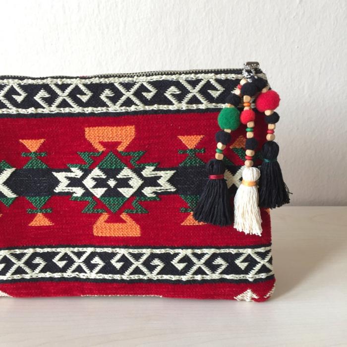 pochette rouge style ethno chic, motifs folkoriques et pompons