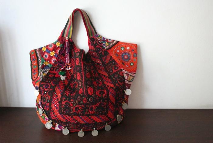 pochette rouge, sac à main rouge avec pièces métalliques, broderies colorées