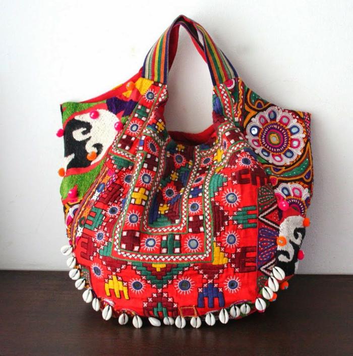 pochette rouge, sac en toile coloré, ornements en style boho chic
