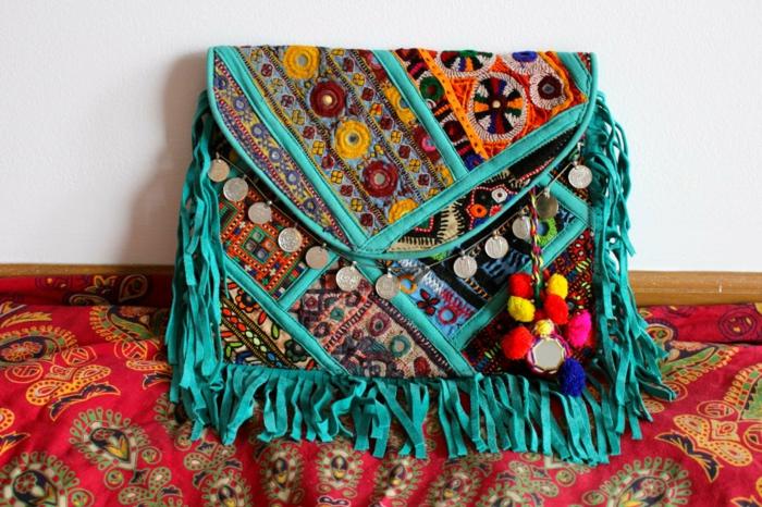 pochette soirée, sac bleu décoré de pièces de monnaie, broderies et franges