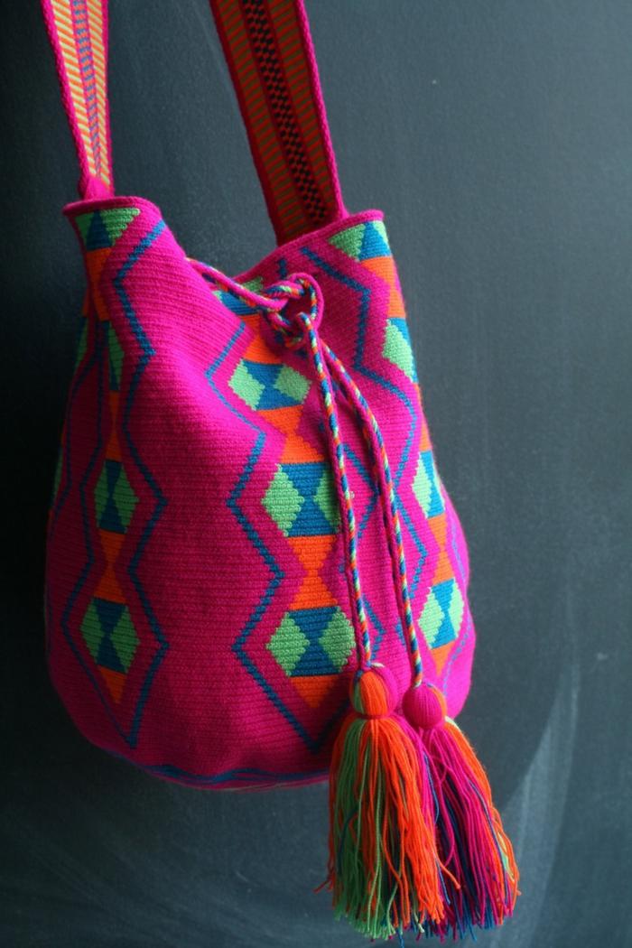 pochette rsoirée, sac en couleur rose, sac aux motifs géométriques