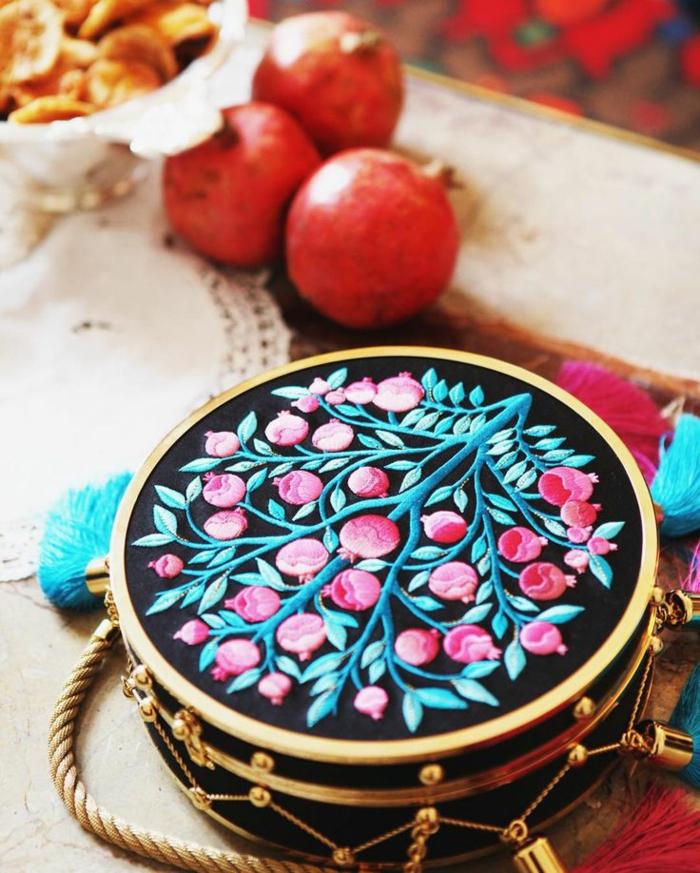 pochette soiree, sac rond en métal, rebords dorés, arbre décoratif incrusté