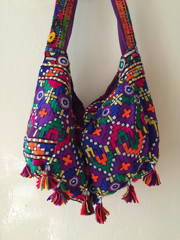 pochette soiree, motifs aztèques brodés, couleurs différentes, pompons