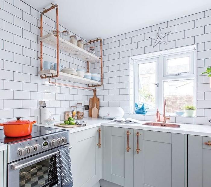 ppoignées portes placards et étagère en tubes de cuivre, façade cuisine repeinte en gris clair, carrelage blanc, petits accents verts, renover sa cuisine
