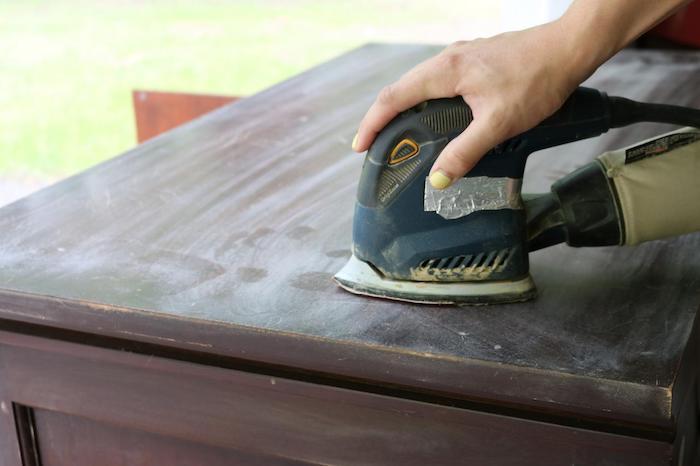 polir le bois pour éliminer les imperfection et créer une surface plate, idée tuto comment patiner un meuble