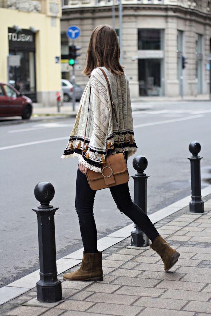 tendance chaussure marron bottines, coupe de cheveux mi longs marron, pantalon noir slim avec gilet blanc
