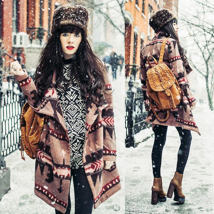tendance chaussure talons hauts en marron, manteau loose en beige à motifs géométriques, maquillage avec lèvres rouges