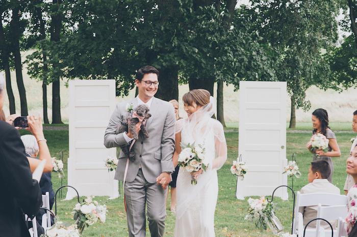 deco mariage a faire soi meme en plein air, des portes en bois blanches récup en guise d arc de amriage