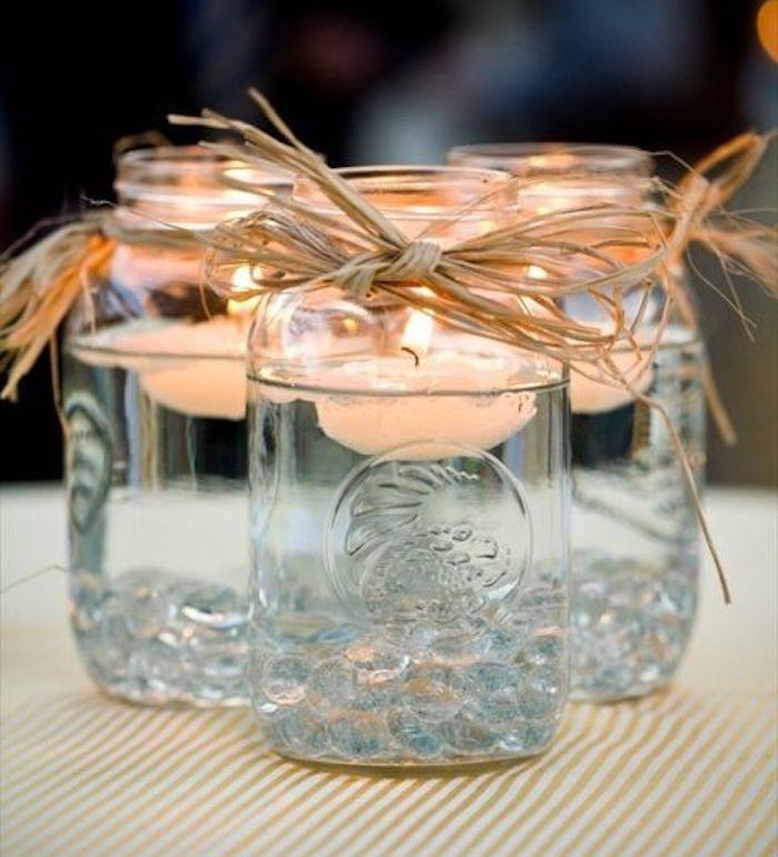 deco mariage champetre chic simple, pot en verre transformé en bougeoir avec de l huile dedans et bougies flottante