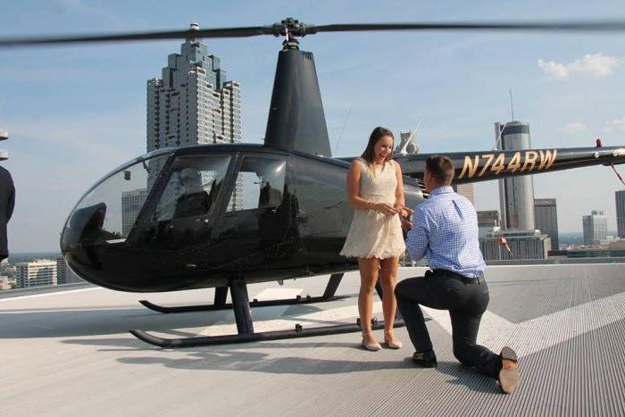 demande en mariage originale, une promenade et hélicoptère et proposition sur la toiture d un bâtiment, milieu urbain