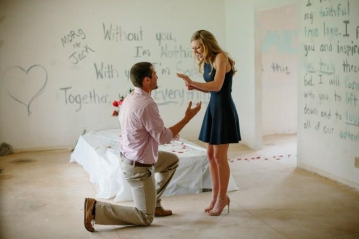 une chambre décorée à l occasion, murs blancs avec des messages écrits en lettres noires, lit blanc, pétales de roses éparpillées