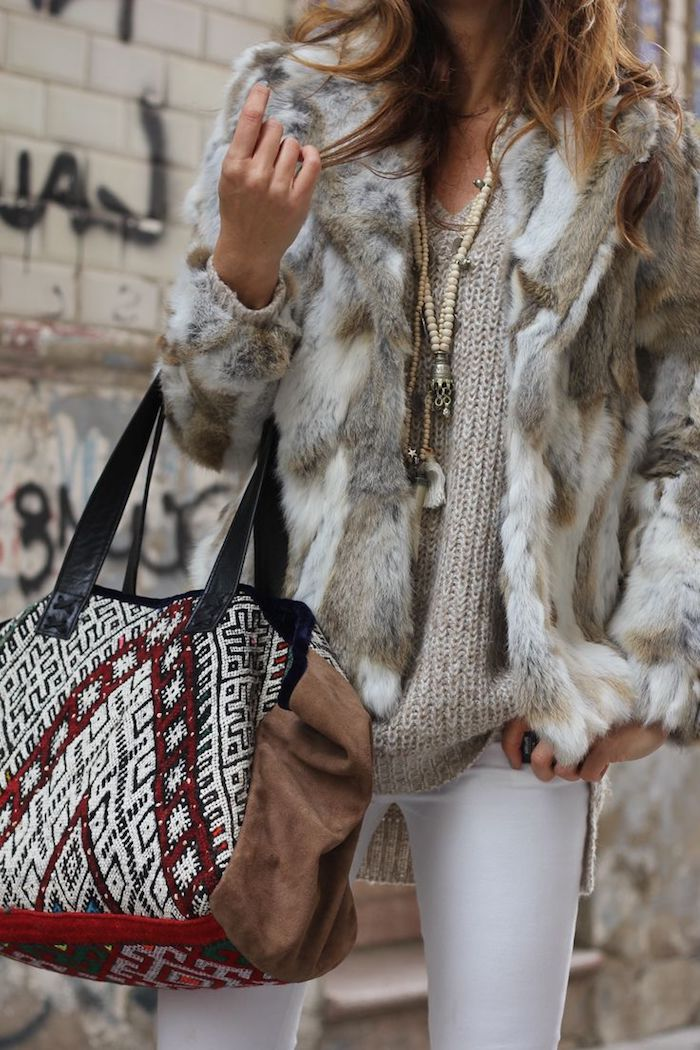 comment s habiller, sac à main en marron blanc noir et rouge, pantalon blanc avec pull beige et collier en perles de bois