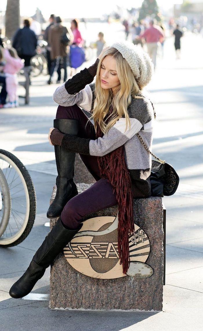 sac boheme chic en cuir noir avec studs et bandoulière longue, pantalon slim violet avec bottes genoux en cuir noir