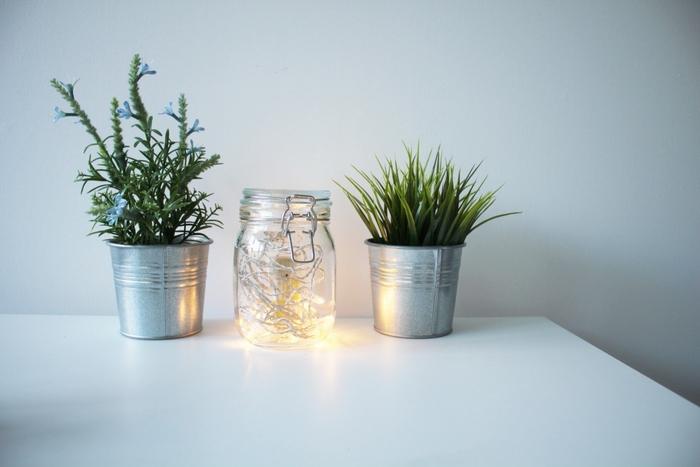 décoration de table originale et fantaisiste réalisée avec un bocal le parfait recyclé et une guirlande lumineuse