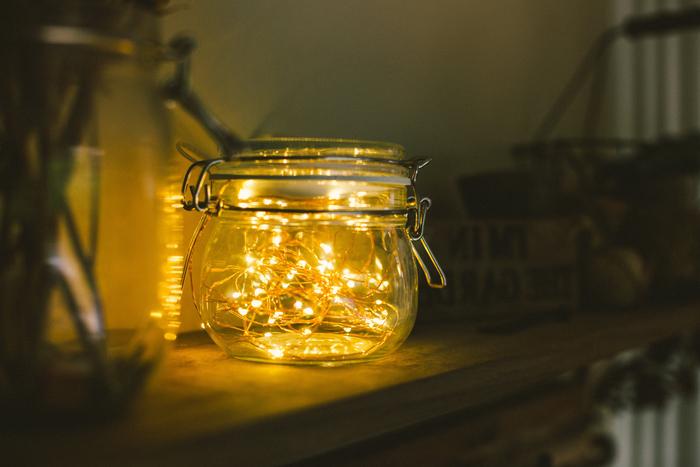 une lampe bocal minute réalisée avec une guirlande lumineuse led posée à l intérieur du pot en verre