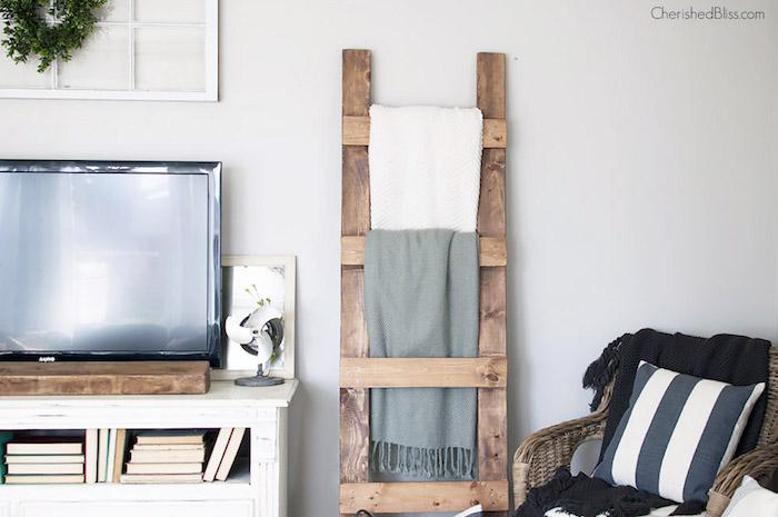 echelle deco bois, constituée de planches collées les unes aux autres, diy organisateur couvertures, serviettes dans un salon cocooning