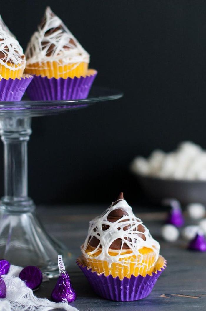 idée originale pour un apero halloween sucré avec des cup cakes toiles d araignées décorés à la guimauve fondue