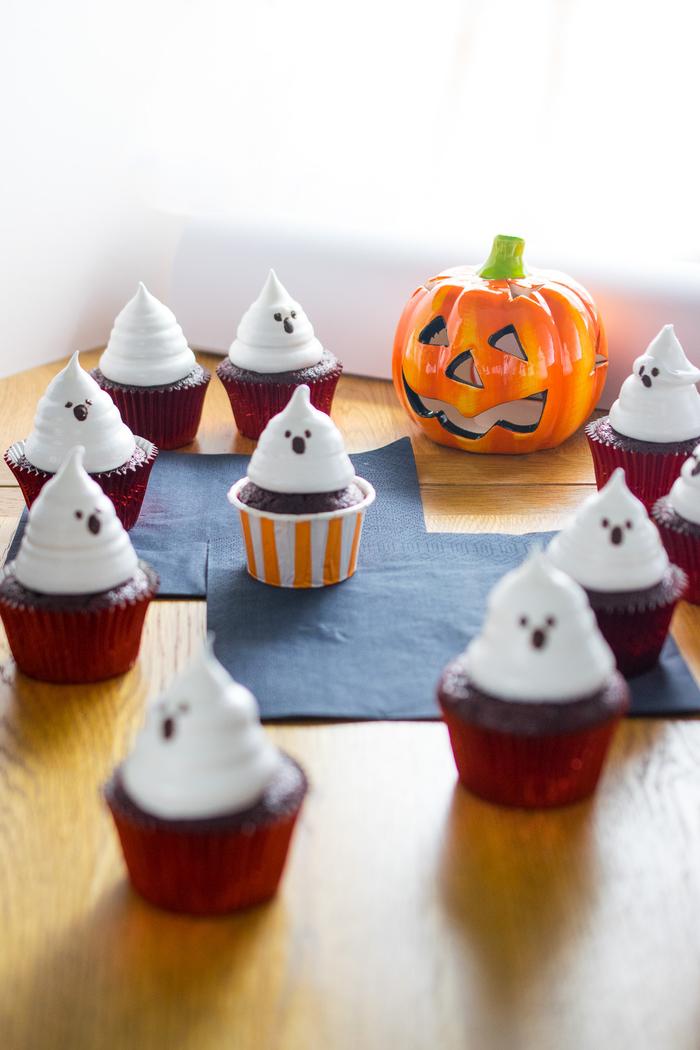 recette de cupcake red velvet déguisé en fantôme pour un apero halloween gourmand