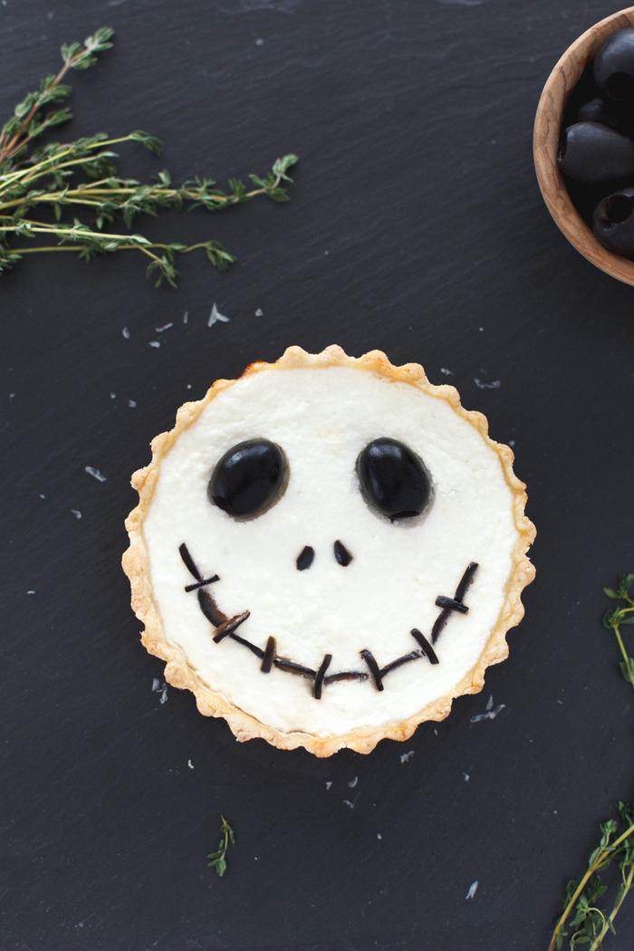 recette halloween facile et délicieuse de tartelettes croustillantes effrayantes, idée apéritif halloween facile avec pâte maison