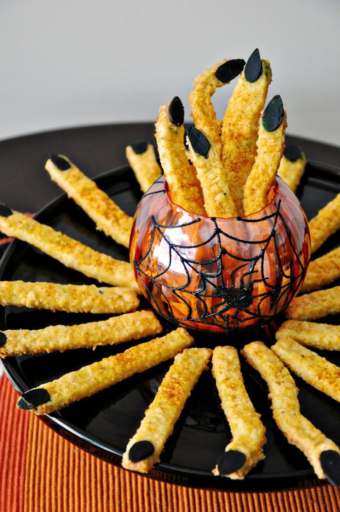 idée originale pour un plat halloween effrayant, des amuse-bouches de gressins décorés comme doigts de sorcières