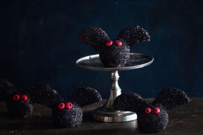 recette de truffes au chocolat façon brownie réalisées comme des chauve-souris, idées originales pour un aperitif halloween gourmand