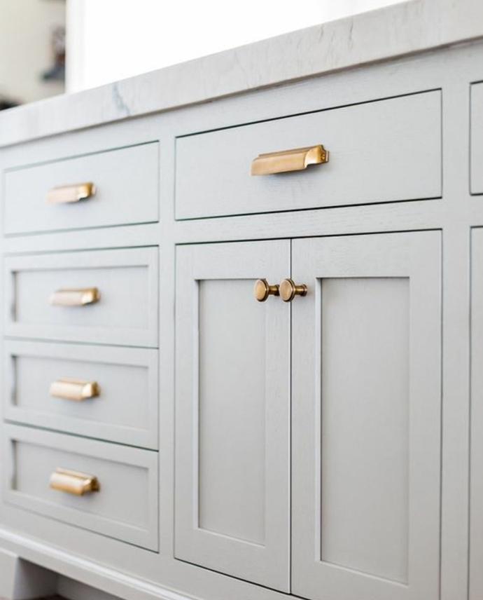 changer les boutons et les poignées avec des pièces dorées sur un meuble cuisine gris clair, relooker sa cuisine