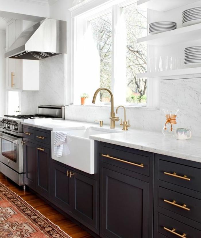 refaire sa cuisine, placards facade repeinte en gris anthracite, parquet marron, tapis oriental, plan de travail marbre et étagères blanches