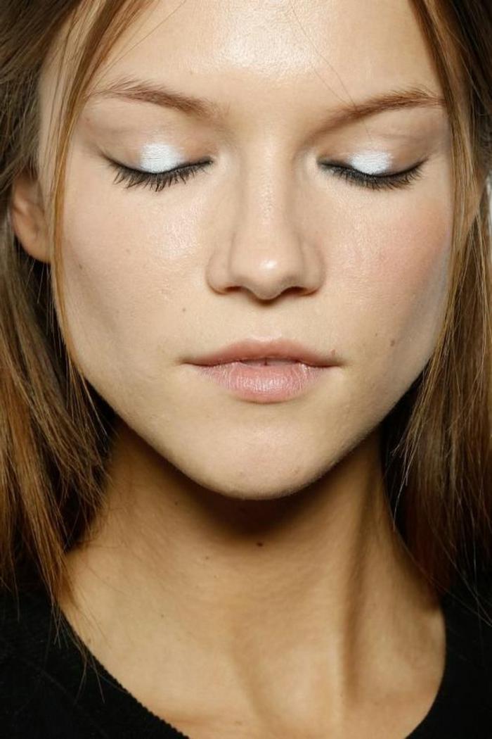 reine de neige, maquillage tout simple avec paupières argentées et lèvres nudes