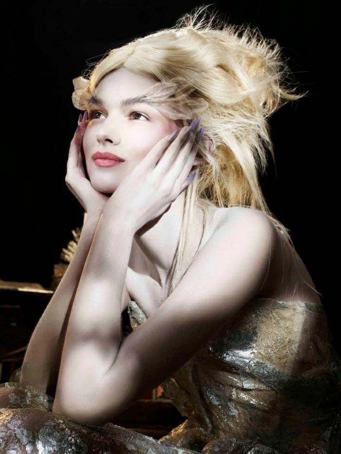 reine de neige, une blonde aux cheveux volumineux, des plumes collées aux sourcils
