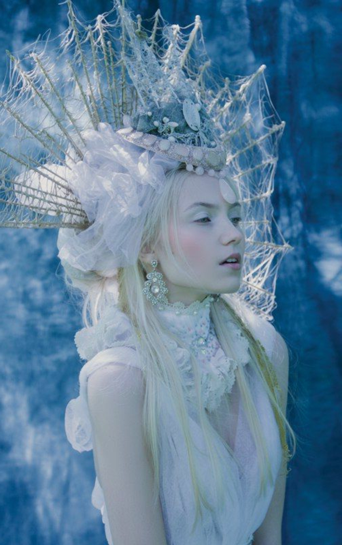 reine de neige, habillage blanc féérique, ornement de tête riche, déguisement reine des neiges