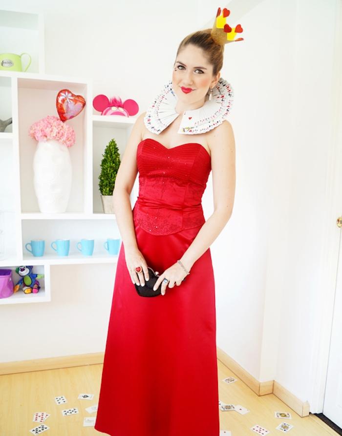 reine des coeurs avec robe rouge et col de cartes de jeu, couronne en papier, déguisement halloween fait maison