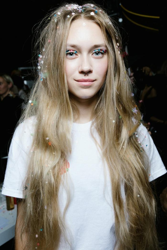 reine des neige, longs cheveux blonds, yeux et cheveux pailletés, lèvres nudes