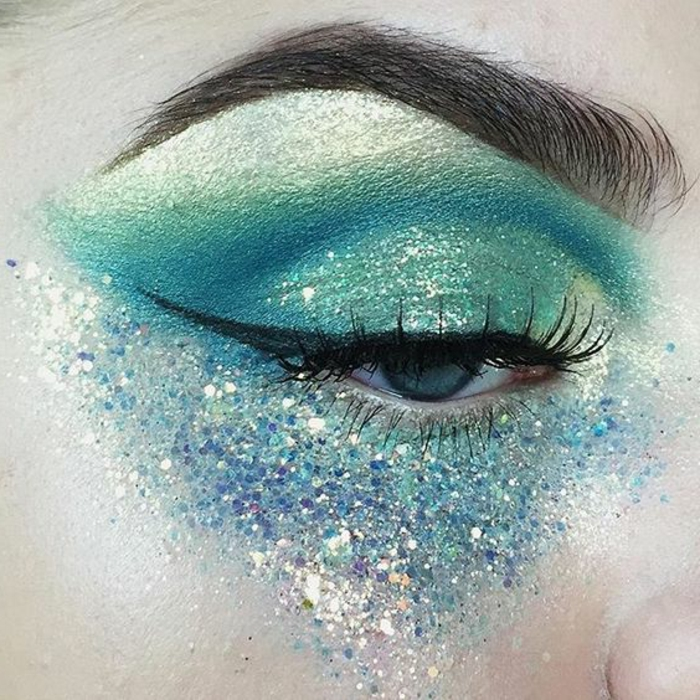 reine des neige, trait d'eyeliner noir, maquillage en bleu et vert avec des reflets lumineux