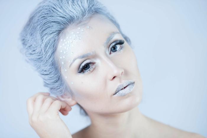 reine des neiges, cheveux bleus, lèvres bleues, yeux simples avec mascara noir