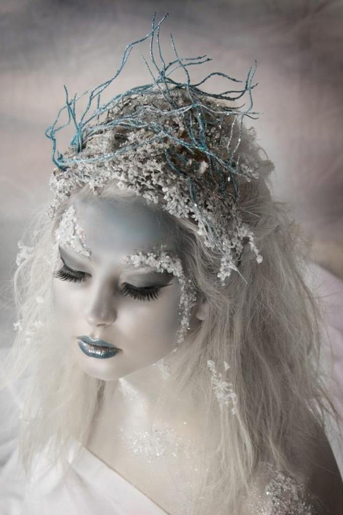 reines des neiges, lèvres intenses, faux cils noirs, cristaux collés aux sourcils, couronne moderne