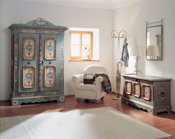 relooker armoire ancienne et commode, repeints en bleu, avec decoration florale, mobilier vintage, fauteuil blanc, parquet clair