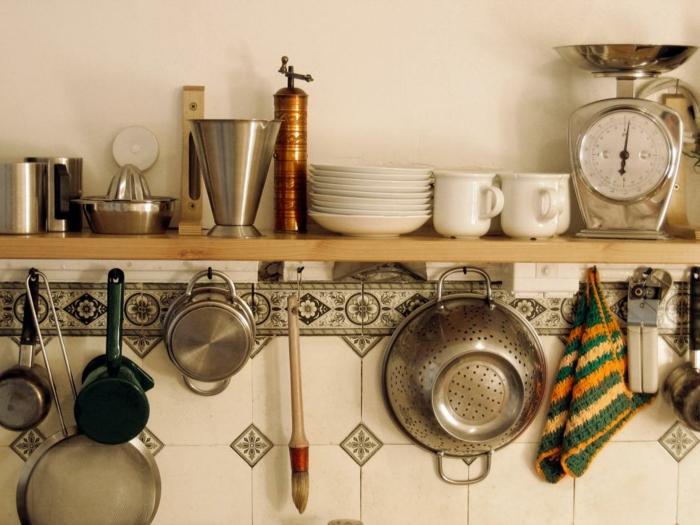 relooker cuisine avec une étagère en bois et accroches pour suspendre des ustensiles de cuisine, rangement vaisselle