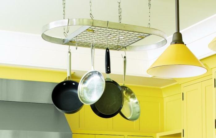 relooker une cuisine, idée de rangement ustensiles de cuisine, grille suspendue du plafond dans une cuisine jaune