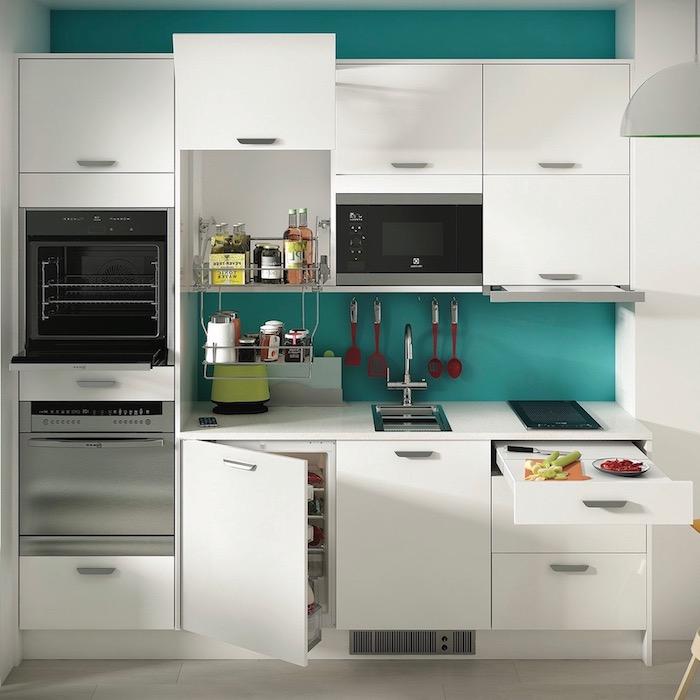 repeindre sa cuisine bleu canard, façade, placards couleur blanche, electromenager inox, parquet gris, cuisine moderne